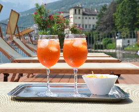 2 Spritzes at pool cropped 123rf small